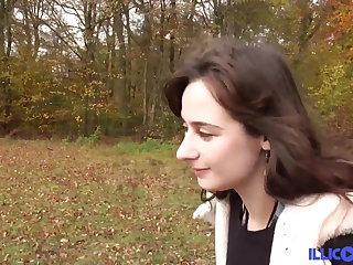 Latex Sylvia jeune brunette defoncee par une grosse bite black